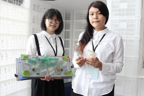 台科大設計系寧育禎(右)、莊琬亭(左)設計出親子用聲控投影不必翻書的「晚安」繪本故事機。(台科大提供)