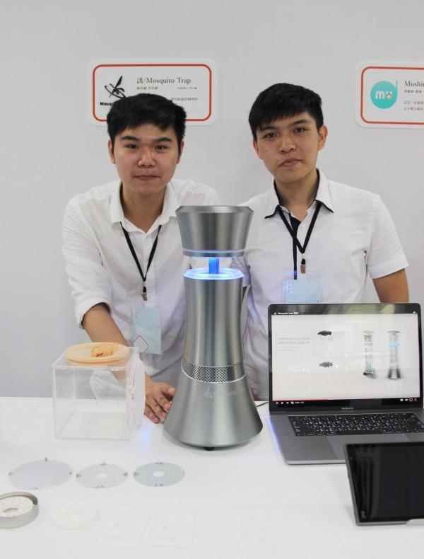 台科大設計系謝亞融(左)、洪宥紳(右)同學的畢業作品新型捕蚊器「誘」。(台科大提供)