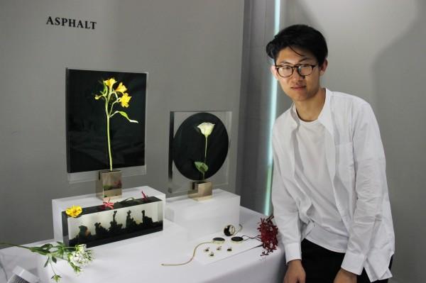台科大設計系學生戴上鈞利用瀝青與環氧樹脂,造出極富藝術感的花器。(台科大提供)