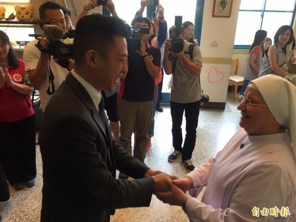 感念義大利籍修女裴嘉妮(右)無私奉獻的精神,市長林智堅(左)今天前往仁愛社會福利基金會祝賀,感謝她的善心義舉。(記者王駿杰攝)