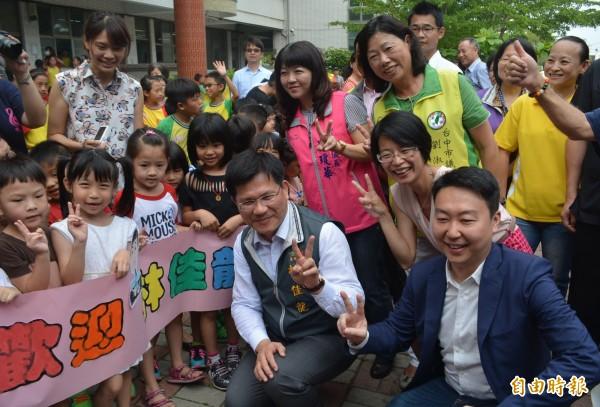 台中市長林佳龍(中)今天在多位市議員陪同下到校關心老舊校舍補強、整修,獲得師生熱烈歡迎。(記者陳建志攝)
