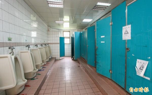 大里區崇光國小整校校園廁所還差800萬,市長林佳龍今天到校勘查,允諾儘快編列經費協助。(記者陳建志攝)