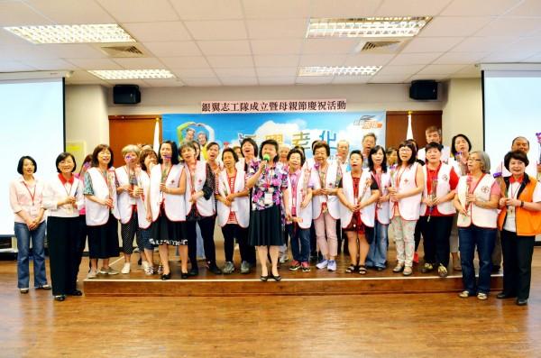紅十字會成立「銀翼志工隊」,將推廣以初老服務老老。(紅十字會提供)