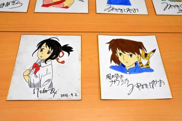 日本一名無業男子,偽造日本知名動畫導演新海誠與宮崎駿的簽名,上網拍賣詐騙。(圖擷自日本「朝日新聞」)