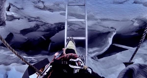 來自南非的登山客大衛,偷偷爬上世界第一高峰聖母峰海拔7000公尺處。(擷取自大衛臉書)