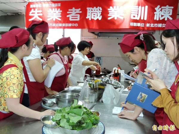 月子媽媽養成班課程內容包含膳食調理、產婦及嬰兒照顧等。(記者賴筱桐攝)