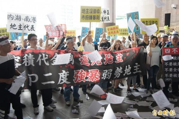 台北市公保地受害地主自救會下午聚集北市府抗議。(記者黃建豪攝)