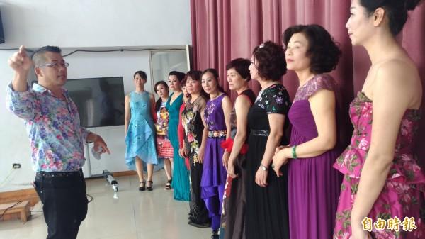 國際服裝設計師林國基指導社區媽媽及學生實地走秀。(記者廖淑玲攝)