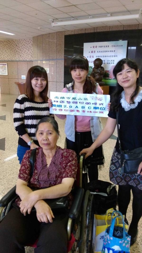 鳳山醫院派3名工作人員陪同王陳梅(中坐者),為她推輪椅、協助搭車及高鐵,並在頒獎會場幫忙。(記者洪定宏翻攝)