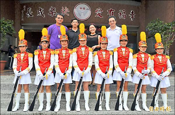 幸福國小儀隊成員多為四至六年級,操槍訓練絲毫不馬虎。(記者鄭淑婷攝)