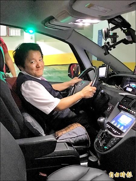 程健智的駕駛座座椅加裝厚背墊,煞車與油門也有特殊設計,完全不影響駕車安全性。 (記者楊綿傑攝)