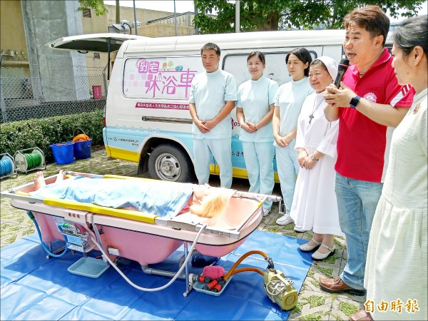 到宅沐浴車超搶手,對失能者家庭提供沐浴服務。(記者吳亮儀攝)