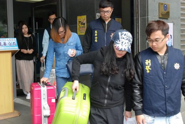 警方查獲假觀光真賣淫的中國籍女子。(記者劉慶侯翻攝)