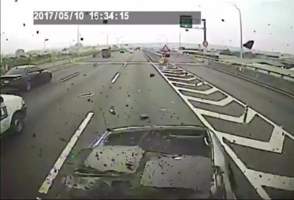 後方汽車煞車不及撞上。(記者張瑞楨翻攝臉書《爆料公社》)