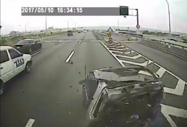 Smart自小客的三寶行徑,害自己汽車幾乎被撞成廢鐵。(記者張瑞楨翻攝臉書《爆料公社》)
