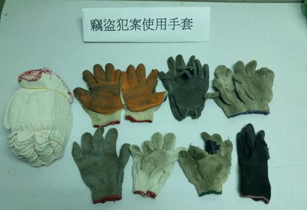 鐡警還找出大批犯案手套。(記者陳恩惠翻攝)