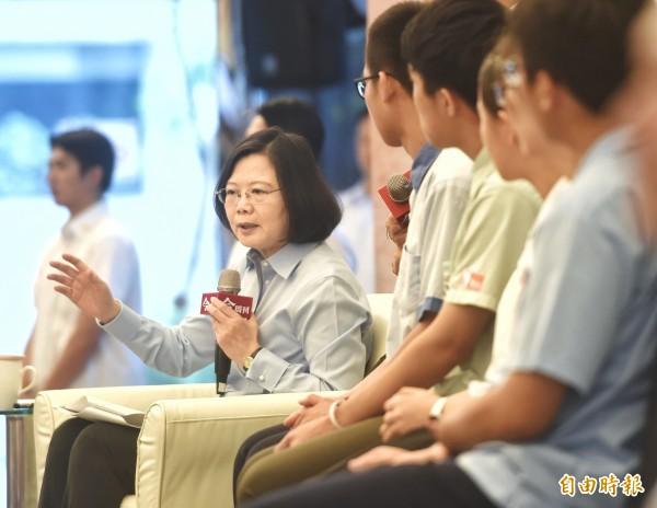 總統蔡英文13日出席與高中生面對面論壇,和學生做意見交流。(記者方賓照攝)