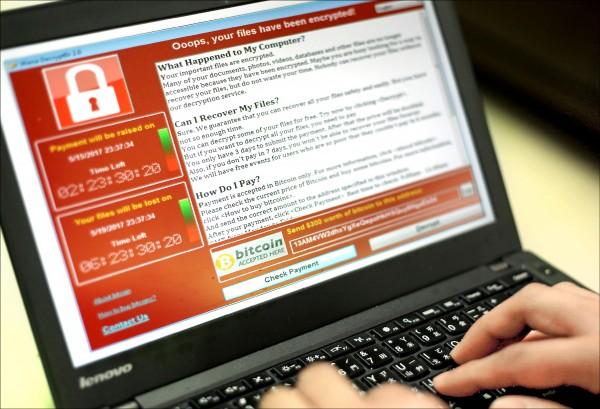 勒索軟體「想哭」(WannaCry)席捲全球,透過電子郵件散播病毒,將電腦內的檔案鎖住並加密,威脅用戶須以「比特幣(Bitcoin)」繳付「贖金」,否則將刪除檔案。圖為台灣一名程式設計師展示遭到勒索後所顯現的畫面。(歐新社)