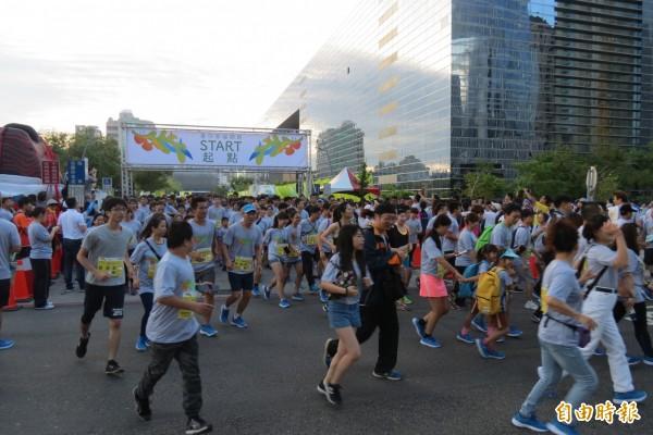 過不一樣的母親節,今天舉辦的台中花博路跑活動,有3萬民眾早起為健康而跑。(記者蘇孟娟攝)