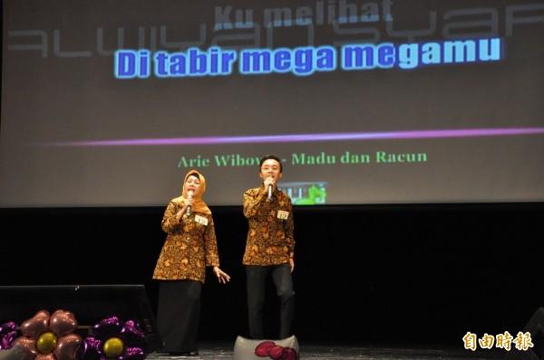 「新二代親子組」小港高中許德輝(右)與母親合唱印尼歌曲奪冠。(記者洪臣宏攝)