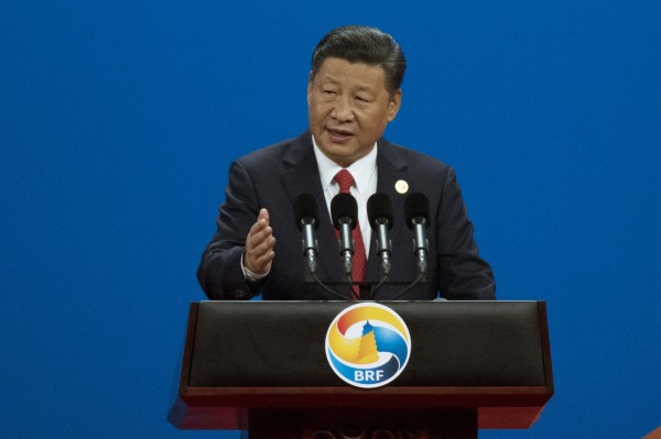 中國週日(14日)舉行的「一帶一路國際合作高峰論壇」,印度官方未派出代表團參與,還警告參與國家,可能承受「無法支撐的債務負擔」。圖為中國國家主席習近平在會上演講。(美聯社)