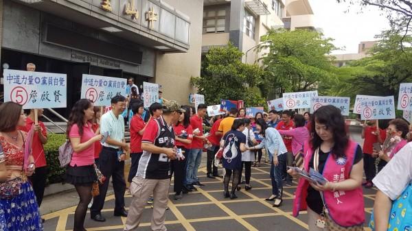 國民黨主席候選人雲嘉南區政見說明會,昨天上午在嘉義市舉行,場外各候選人的助選員積極拉票。(記者丁偉杰攝)
