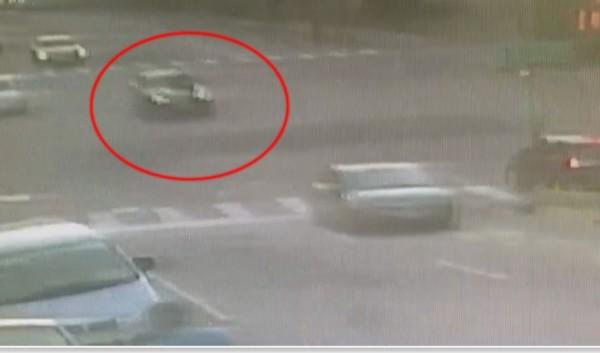 車子引擎蓋趴人穿梭在車流大的市區道路。(圖記者張聰秋翻攝)