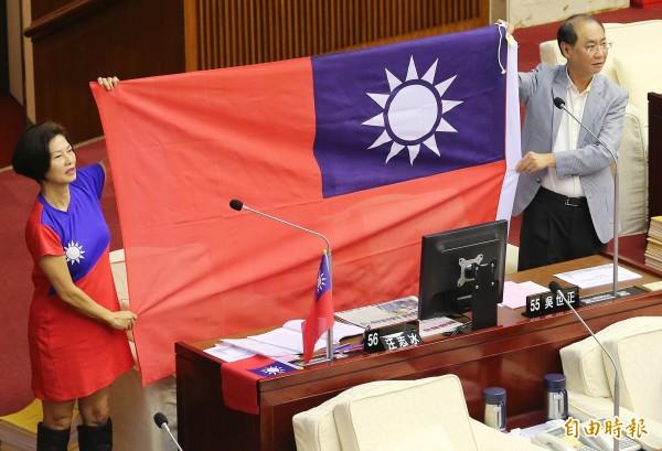 市議員汪志冰(左)持大幅國旗、穿國旗裝質詢。(記者廖振輝攝)