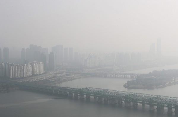 南韓打擊空汙,總統文在寅下令8座廠齡30年或以上的燃煤火力發電廠,於6月1日開始暫停營運30天。(歐新社)