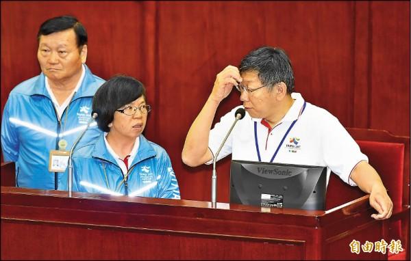 台北市長柯文哲昨至議會專案報告世大運,議員紛詢問國旗議題,讓柯很難回應,不時與秘書長蘇麗瓊(中)面面相覷。(記者廖振輝攝)