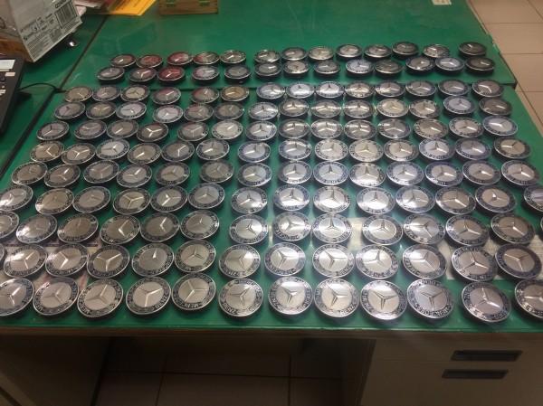 警方搜出許嫌偷的152個賓士輪圈蓋。(記者姚岳宏翻攝)