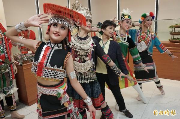 台灣與中國傳統民族服族服飾多呈現色彩亮麗。(記者蔡淑媛攝)