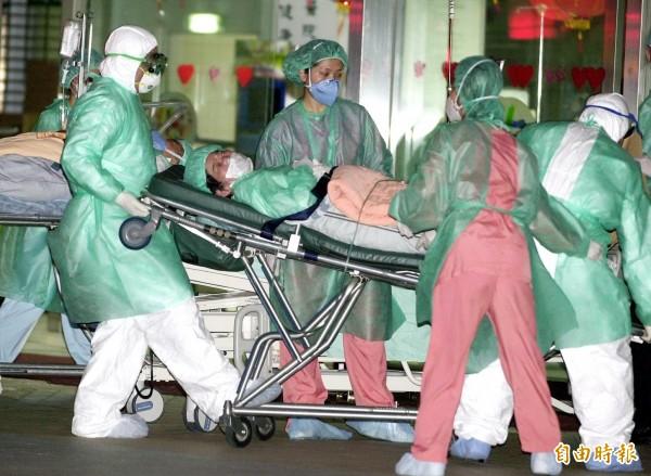 和平醫院在當年傳出SARS疫情後,持續進行人員淨空工作,醫護人員將多位非SARS重症病患移往他院治療。(資料照,記者廖振輝攝)