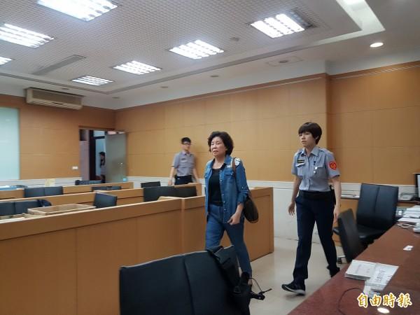 今天下午2點45分,伍蔣清明(左2)覓保4小時30分後辦保離開,面對記者追問是否是清白的?有沒有炒股?她未發一語。(記者錢利忠攝)