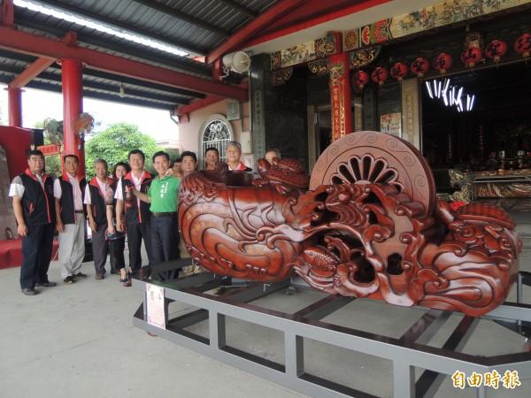 大安巧聖仙師廟展示的超大型墨斗。(記者張軒哲攝)