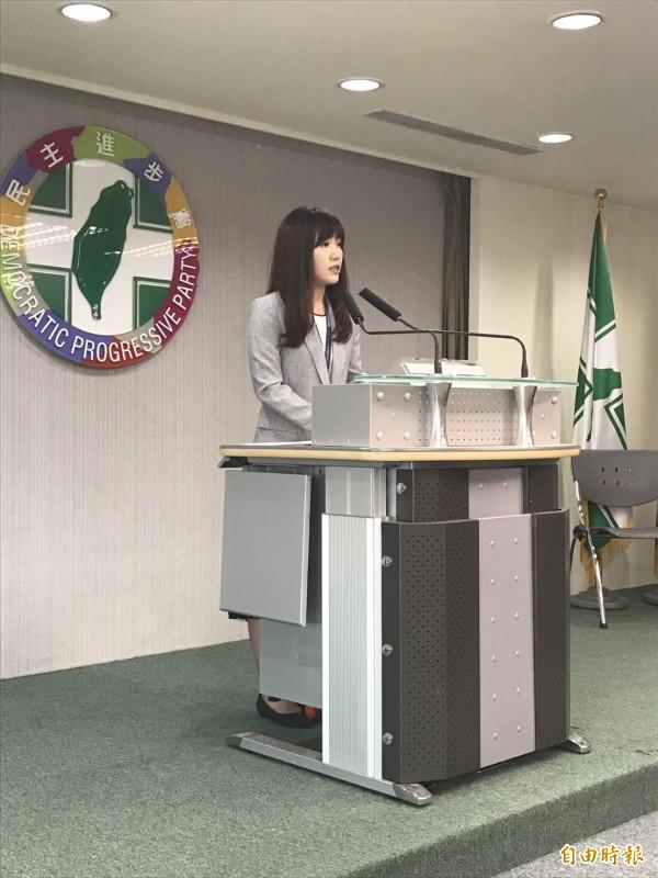 民進黨發言人吳沛憶轉述行政院副院長林錫耀在民進黨中常會的報告。(記者蘇芳禾攝)