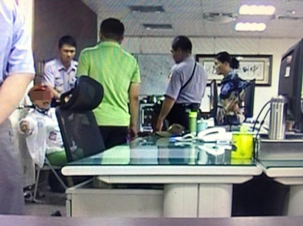 涉嫌偷皮夾大嬸被帶回派出所,獅吼長達5小時,眾員警上前安撫苦勸。(記者陳鳳麗翻攝監視器畫面)
