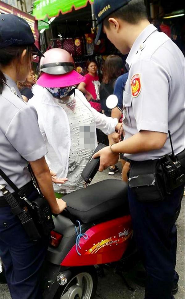 大嬸不肯承認偷皮夾,店家報警,她則執意要離開。(圖擷自南投臣人聊天室臉書社團)
