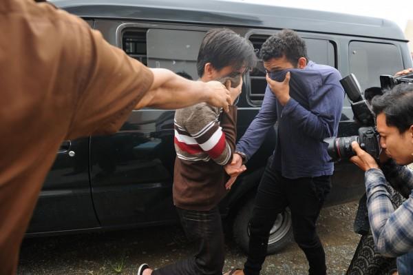 在印尼亞齊省(Aceh),2名男同志因違反伊斯蘭法律,今日被法院處以85下鞭刑。(法新社)