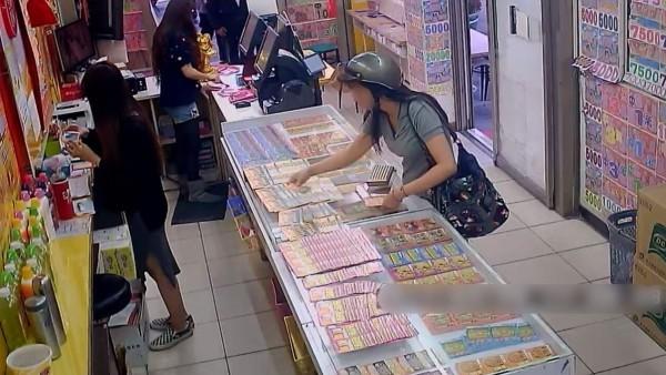 陳女(圖右)趁店員背對著她,伸手偷取刮刮樂彩券。(記者張瑞楨翻攝)