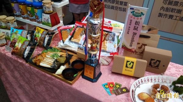 「2017天下第一攤」金獎得主,華山市場松鼠BONBON與大直市場五記沙魚烟。(記者黃建豪攝)