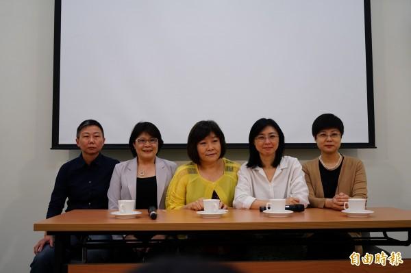司改委員王以凡(左起)、劉淑瓊、賴芳玉及林志潔,出面說明分組決議。(記者黃欣柏攝)
