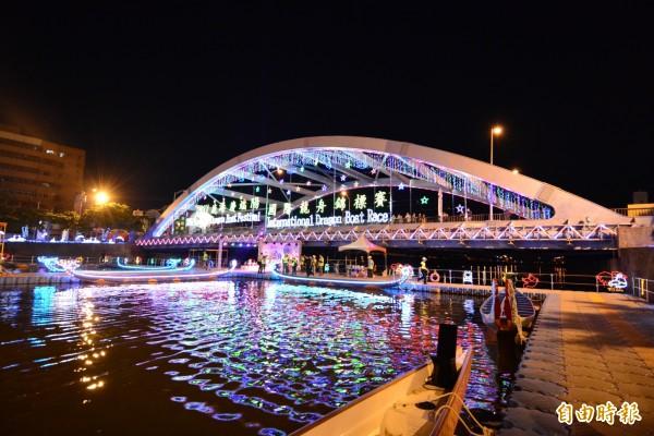 鹿港端午限定的「光耀福鹿溪」,將點燈1個月。(記者劉曉欣攝)