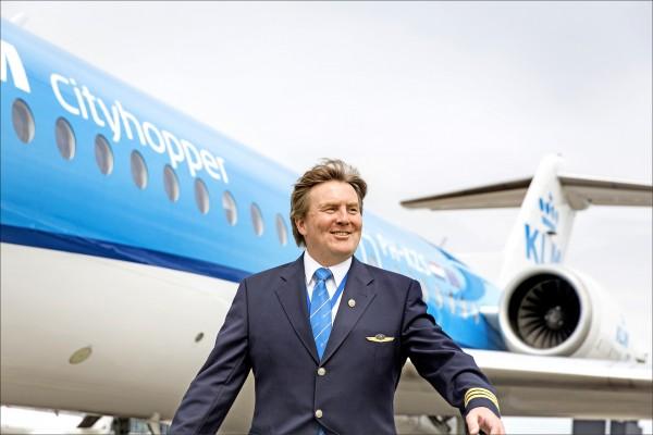 荷蘭國王威廉—亞歷山大嗜好開飛機,廿一年來每月兩次擔任荷航子公司短程航線的副駕駛。(法新社)
