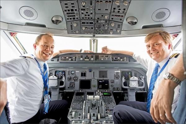 開飛機是讓威廉—亞歷山大(右)暫時紓壓的方法。圖為他十六日在阿姆斯特丹史基浦機場一架客機的駕駛艙內與正駕駛合影。(歐新社)