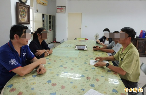 台南市西港區一所小學六年級許姓導師,遭家長指控對學生施以不當體罰;有其他家長到校找校長慰留許師。(記者楊金城攝)