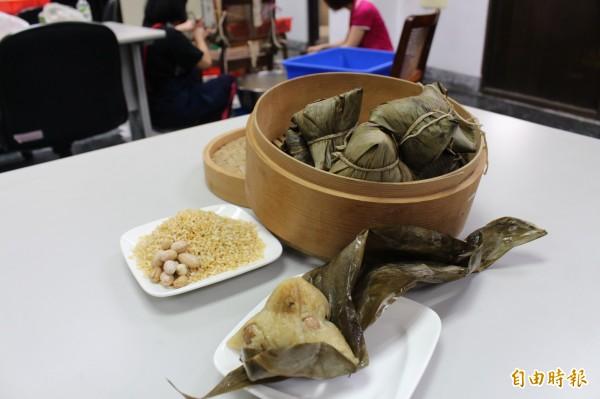 西螺鎮農會的黃金粽爆紅,許多民眾搶著訂購。(記者黃淑莉攝)