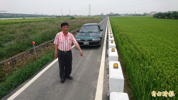 農路改善後,遠望彎斜,尾段更僅容1車通行,連和機車也無法會車。(記者楊金城攝)
