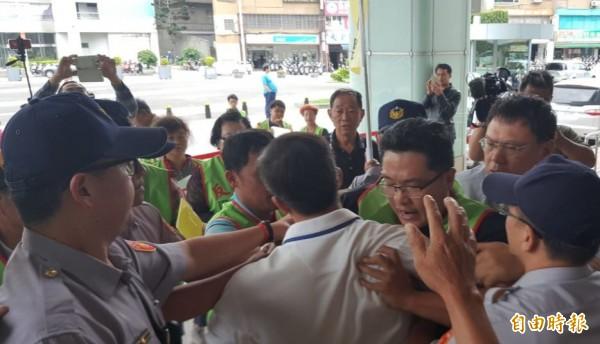 國1甲線反興建聯盟成員到市府陳情,與員警發生嚴重拉扯事件。(記者謝武雄攝)