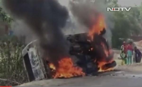 印度東部近日傳出,當地民眾因聽信謠言,竟動用私刑將6名無辜的男子毆打致死,甚至傳出警察到場制止時,遭民眾焚燒警車。(圖擷自NDTV)